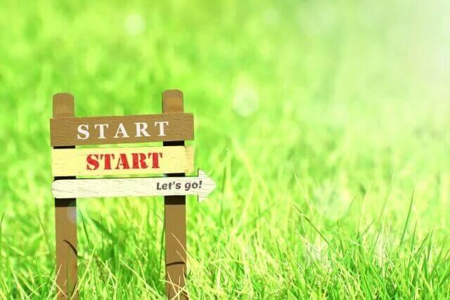 草原に「スタート」と「Let's go」の矢印