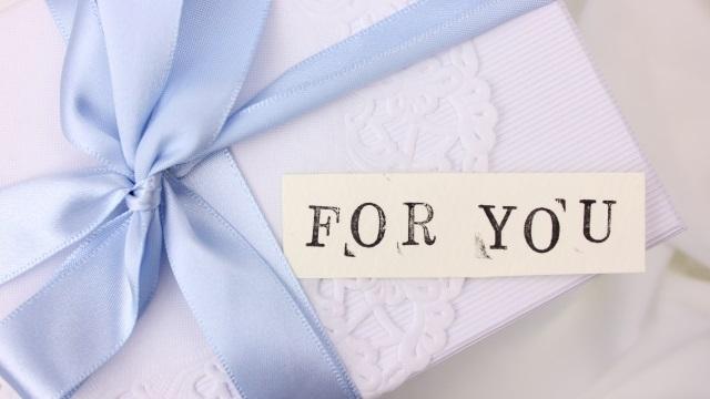 ギフトと「FOR YOU」の文字