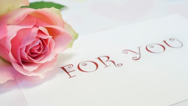 バラの花とカードに「FOR YOU」の文字