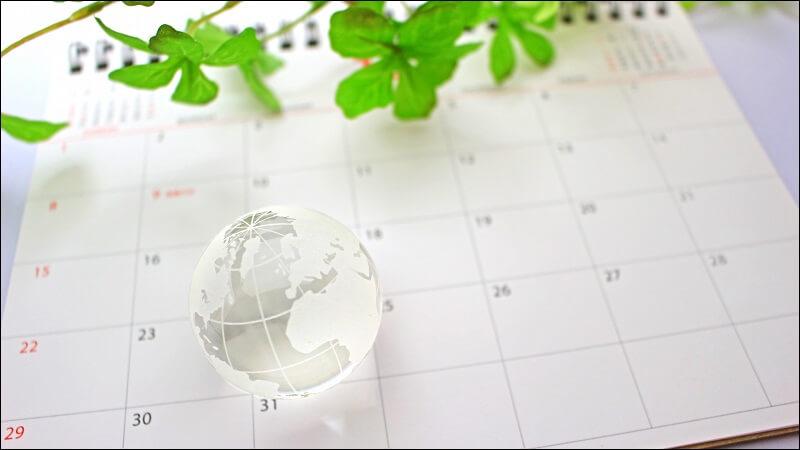 カレンダーとガラスの地球儀