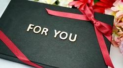プレゼントの箱に「FOR YOU」の文字